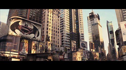 Ein riesiges Filmposter mit den Logos von Batman und Supermann