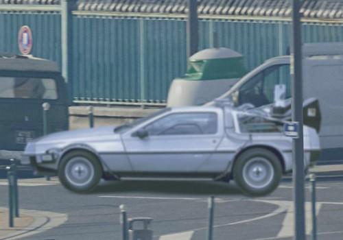 """DeLorean DMC-12 aus """"Zurück in die Zukunft"""" (links, etwa Bildmitte, anderes Ufer)"""